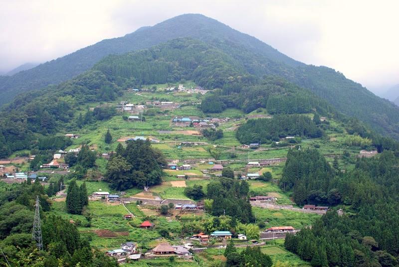 徳島県の桃源郷、祖谷の山里に東洋文化研究家 アレックス・カーさんプロデュースした茅葺き古民家宿