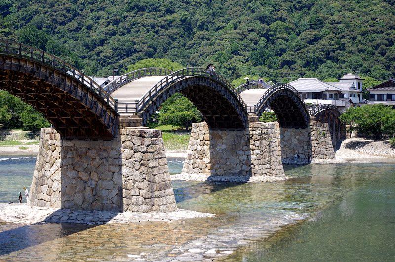 """美しい木造アーチ橋。山口県岩国市の「錦帯橋(きんたいきょう)」 – The historical wooden arch bridge """"Kintai Bridge"""""""