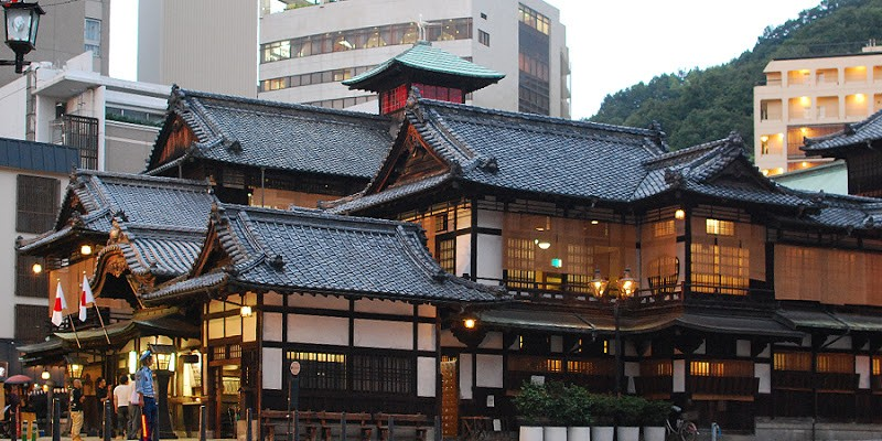 文豪・夏目漱石が足繁く通い、小説坊っちゃんの中で「温泉だけは立派なものだ」と絶賛した日本三古湯のひとつ「道後温泉」。国の重要文化財、共同浴場番付西の横綱、近代化産業遺産