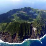 東京から1時間でこんなドラクエみたいな島があるんですね。日本一人口の一番少ない村「青ヶ島」