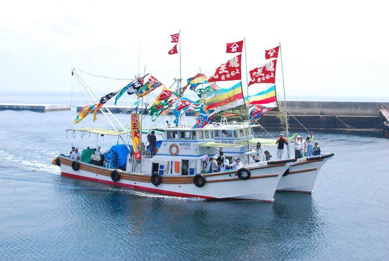 伊吹いりこの伊吹島(いぶきじま)。大漁旗で彩られた船の「明神祭(みなとまつり)」