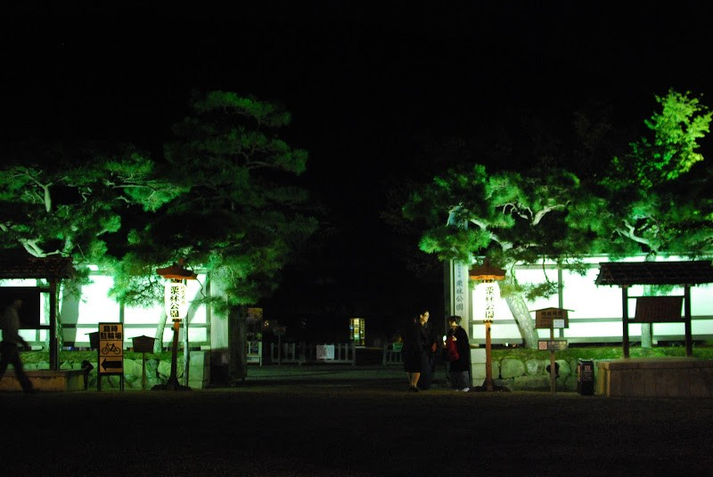 "秋の夜長は紅葉の下を散歩しよう。栗林公園 Ritsurin Garden"" one of the most beautiful historical gardens in Japan"