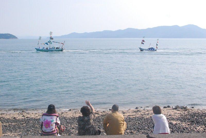 """【今はもうみられない祭り】佐柳島・佐柳八幡神社の秋祭り「船渡御(ふなとぎょ)」  – Sanagi island festival"""" carrying of miniature shrine on the ship"""