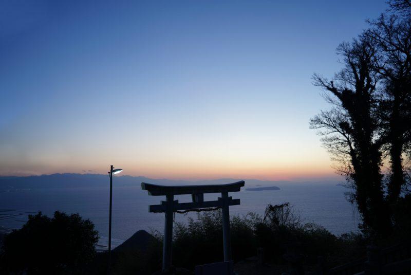 天空の神社、七宝山から瀬戸内の島を眺める – Shrine gate in the sky. The view from Mt. Shippou