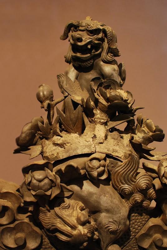 牡丹の花びらの可憐さと唐獅子の力強さ。菊間瓦の唐破風鬼 – Gable pug-ugly of Kikuma tile at Imabari city, Ehime pref.
