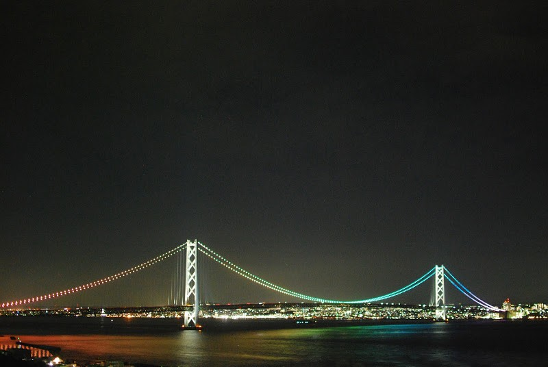 瀬戸内海を虹色に染める世界最長の吊り橋、明石海峡大橋 – Akashi Kaikyo Bridge is the longest cable-suspended bridge in the world. It reflects in rainbow color on Seto Inland Sea.