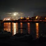 港から満月を眺める