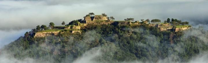 """GoogleのCMに登場する「日本のマチュピチュ」は、兵庫県の山城遺跡「竹田城跡」です。 Castle in the Sky """"Takeda castle ruin"""""""