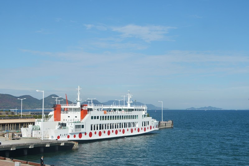 直島へ向かう水玉フェリー Polka-dot ferry to Naoshima island