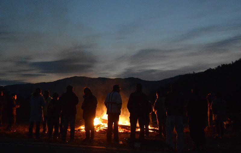 火を囲み朝日を出迎える、小豆島のとんど Tondo at Shodoshima island