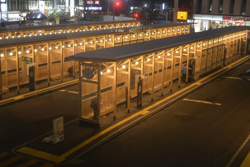 秋田杉を使った美しい秋田駅バスターミナル Timbered Akita station bus terminal