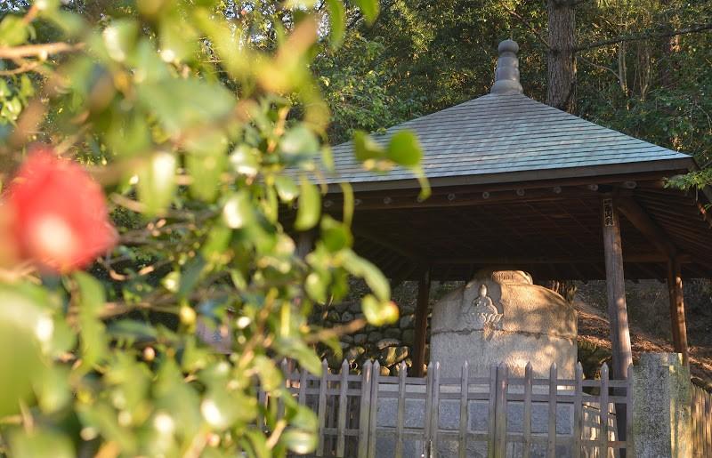 日本最古の湯釜、道後温泉・湯釜薬師 Dōgo Hot Spring Water Stone Receptacle