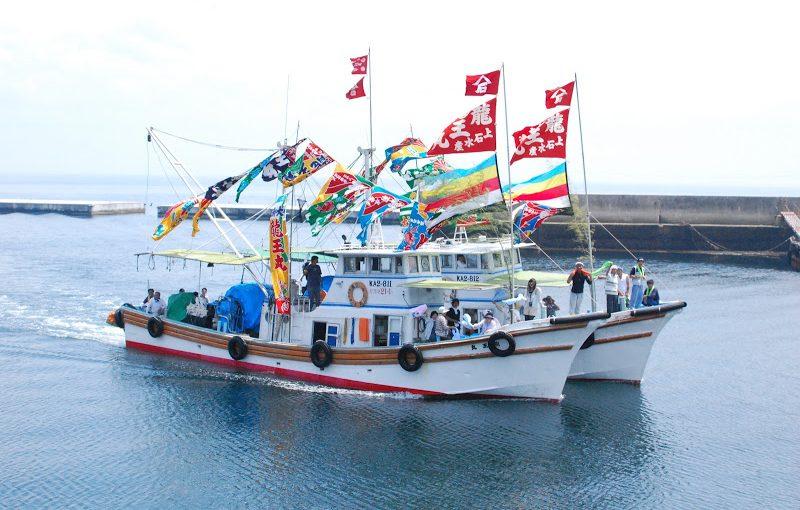 【伊吹島 7/15】伊吹いりこの伊吹島(いぶきじま)。大漁旗で彩られた船の「明神祭(みなとまつり)」