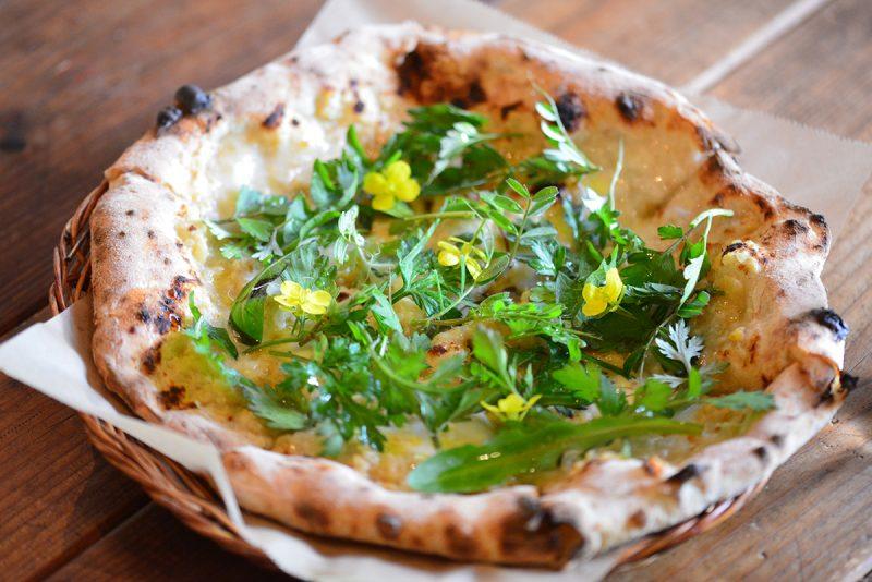 旬の恵みを生地にのせて「ユサンピザ」 Yusan Pizza