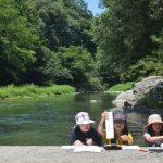 村の夏休み。川辺で宿題