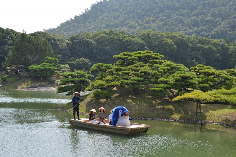 特別名勝の大名庭園『栗林公園』で和船に乗船! Japanese Wooden Boat Ride at Ritsurin Garden