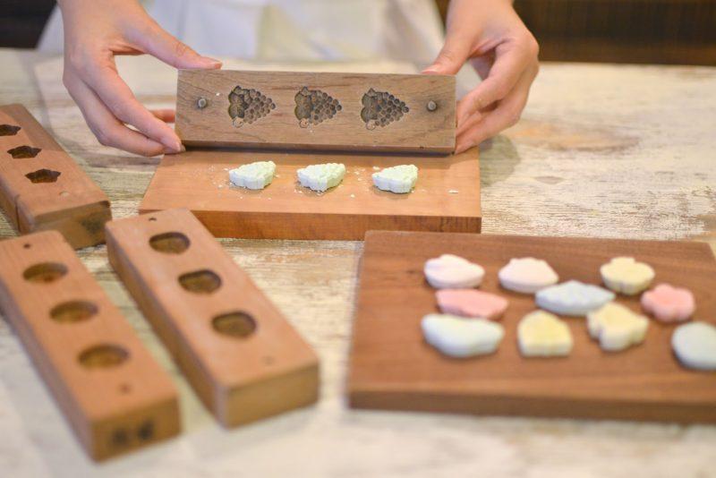 四国唯一の菓子木型職人「木型工房市原」と和三盆体験「豆花」 – Traditional wooden mold for Japanese sweets