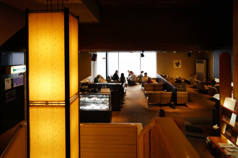 いのくまさんに李禹煥!名画を鑑賞できる喫茶室「くつわ堂 総本店」 – Tearoom of Kutsuwado with drawing of Genichiro Inokuma and Lee U-Fan
