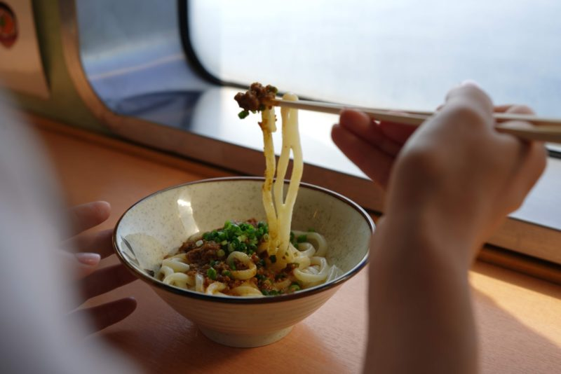 ジャンボフェリーで食べることのできる100%オリーブ牛カレーうどん – Olive Beef Udon Noodle of Jumbo Ferry