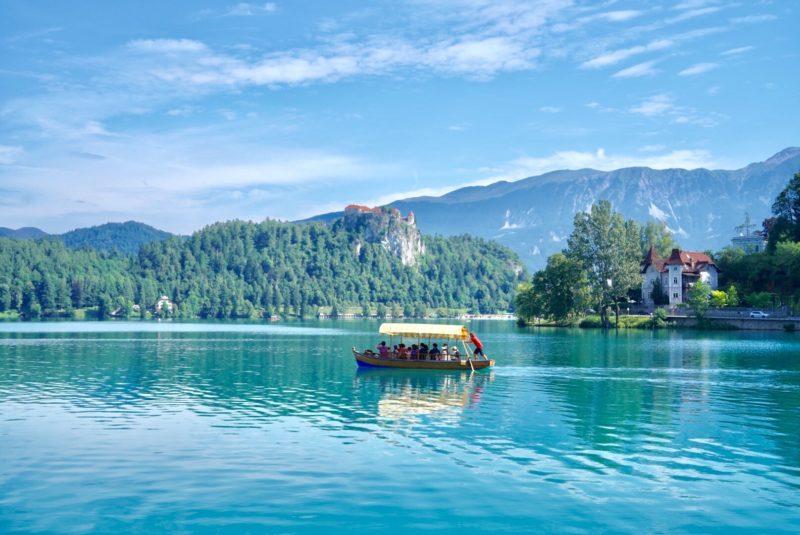 """伝統の手漕ぎのボートでしか渡れない小さな島『ブレッド湖』 – """"Lake Bled"""", Slovenia"""